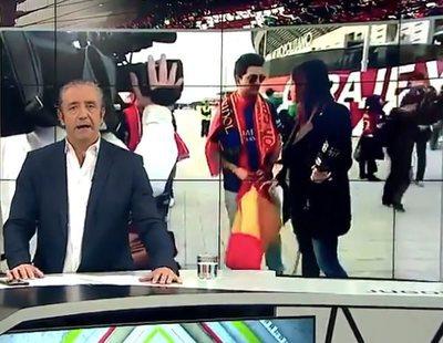 Una reportera de Barça TV obliga a un aficionado a esconder una bandera española