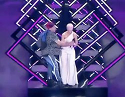 Eurovisión 2018: Un espontáneo se cuela en la actuación de SuRie (UK) y le arrebata el micrófono