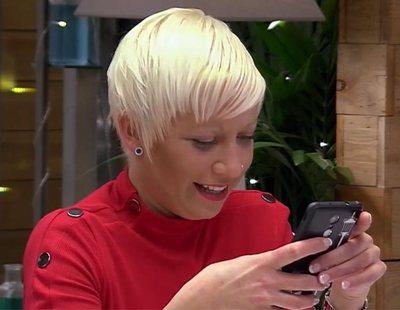 Una comensal de 'First dates' saca su móvil en mitad de la cena y se olvida de su cita