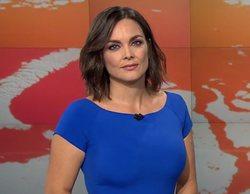 Un hombre se cuela en el plató de 'Antena 3 Noticias' mientras Mónica Carrillo informa junto a la pantalla
