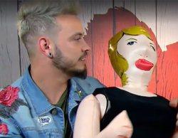 'First Dates': Aitor presenta a su inseparable muñeca hinchable y le propone un trío a Christina