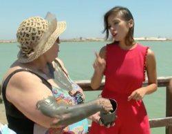 """'Aquí la Tierra': Una señora arrea un """"tortazo"""" de barro a una reportera  y luego la intenta """"ahogar"""""""