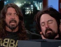 Dave Grohl, músico de los Foo Fighters, le regala su cabeza decapitada a Jimmy Kimmel
