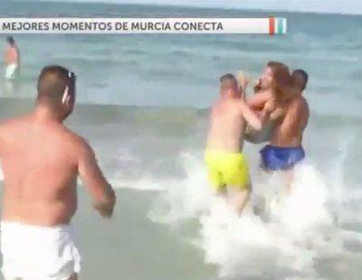 Lanzan al mar a una reportera de 'Murcia Conecta' en directo en contra de su voluntad