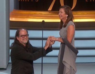 Sorprendente pedida de matrimonio sorpresa sobre el escenario Emmy 2018