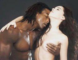Beatriz Luengo posa junto a su pareja Yotuel Romero en un sensual y colorido desnudo integral