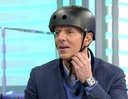 Joaquín Prat, a punto de caerse entrando en patinete eléctrico al plató de 'El programa de Ana Rosa'
