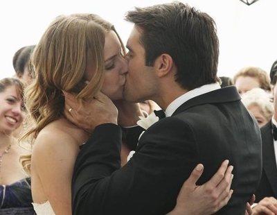 Los actores Emily VanCamp y Josh Bowman se casan en el aniversario de su boda en 'Revenge'