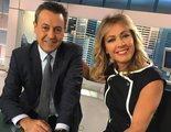 El inesperado y divertido beso entre José Ribagorda y Ángeles Blanco en 'Informativos Telecinco'