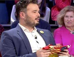Teodoro García Egea (PP) le entrega una bandera de España a Gabriel Rufián en el debate a 7 de 'laSexta Noche'