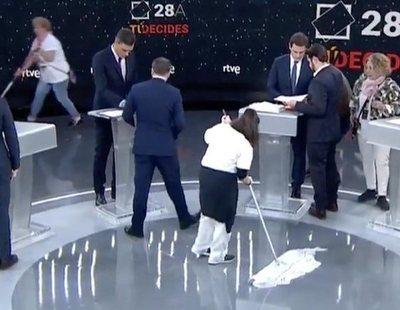 """Las limpiadoras de RTVE, indignadas: """"La que salió en TV no ha cogido una mopa en 10 años"""""""