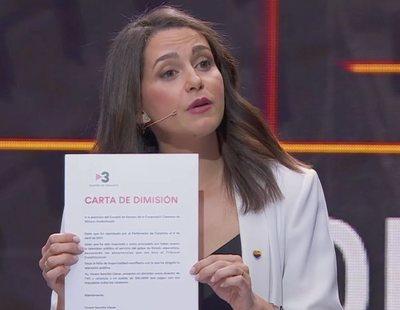 Inés Arrimadas le entrega al director de TV3 su carta de dimisión en el debate electoral