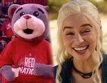La mascota de los Rockets se arrodilla ante Emilia Clarke y bromea con el famoso café de 'Juego de Tronos'