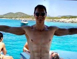 """Javier Cárdenas responde irónico a las críticas por sus abdominales: """"¿El brazo también está operado?"""""""