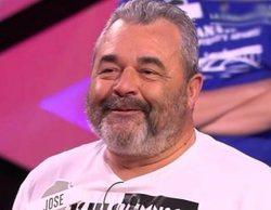 Homenaje a José Pinto, de Los Lobos de '¡Boom!' y concursante de 'Saber y ganar', exponiendo sus 408 camisetas