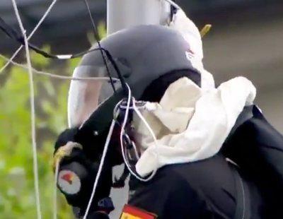 Un paracaidista acaba colgado de una farola durante el Desfile de las Fuerzas Armadas
