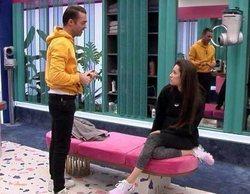 Hugo recrimina a Adara que se junte con el grupo mayoritario y ella termina llorando