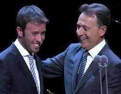 """Matías Prats recibe el Premio Iris a su trayectoria de manos de su hijo: """"Esto no es hereditario"""""""