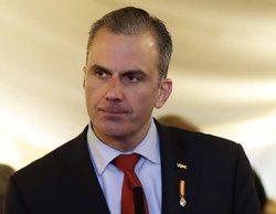 Antena 3 pilla a Ortega Smith leyendo un libro durante el discurso de investidura de Pedro Sánchez