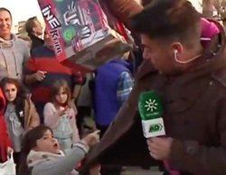 Una niña salva a un reportero de 'Andalucía Directo' de ser atropellado por un camión en la Cabalgata de Reyes