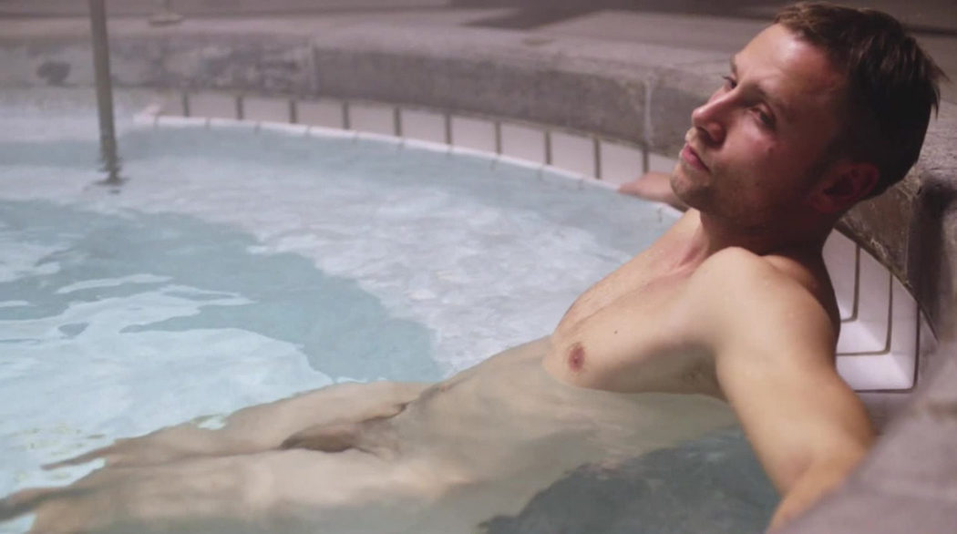 Max Riemelt, desnudo, enseña el pene en 'Sense8'