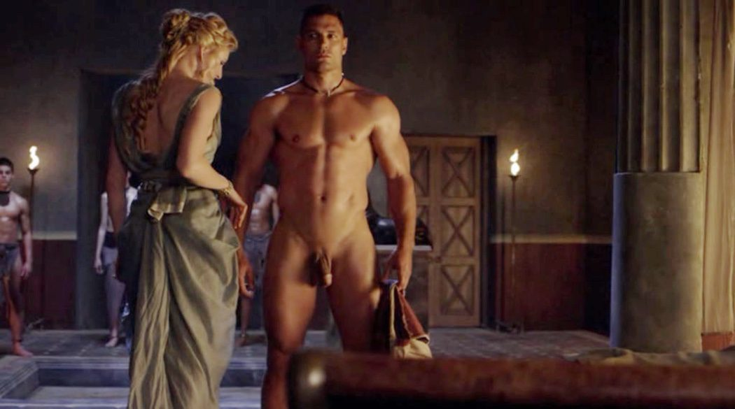 Manu Bennett, desnudo, enseña el pene en 'Spartacus'