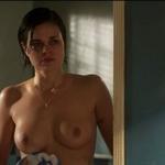 Lina Esco, desnuda, enseña las tetas en 'Kingdom'