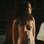 Gaite Jasen, desnuda, enseña las tetas en 'Peaky Blinders'