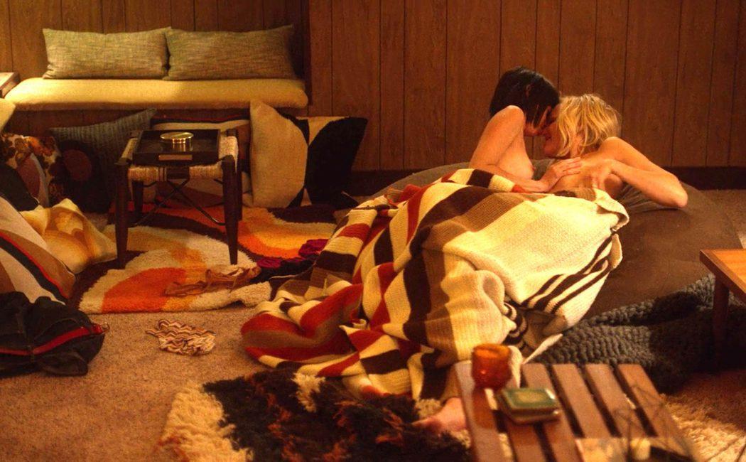 Malin Akerman y Kate Micucci desnudas en una escena de 'Easy'