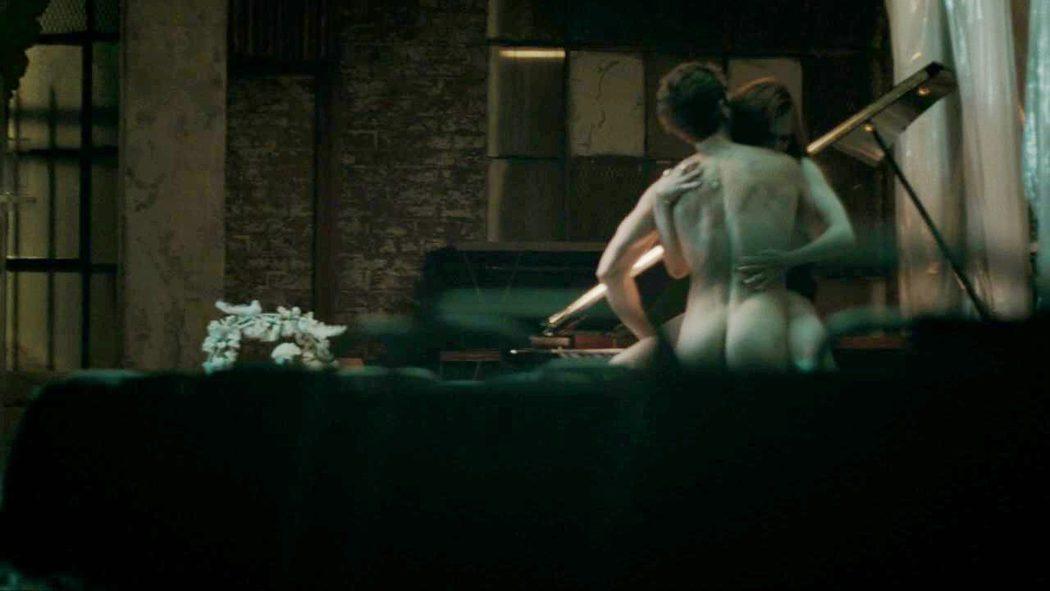 Julian Morris, desnudo, enseña el culo en 'Hand of God'
