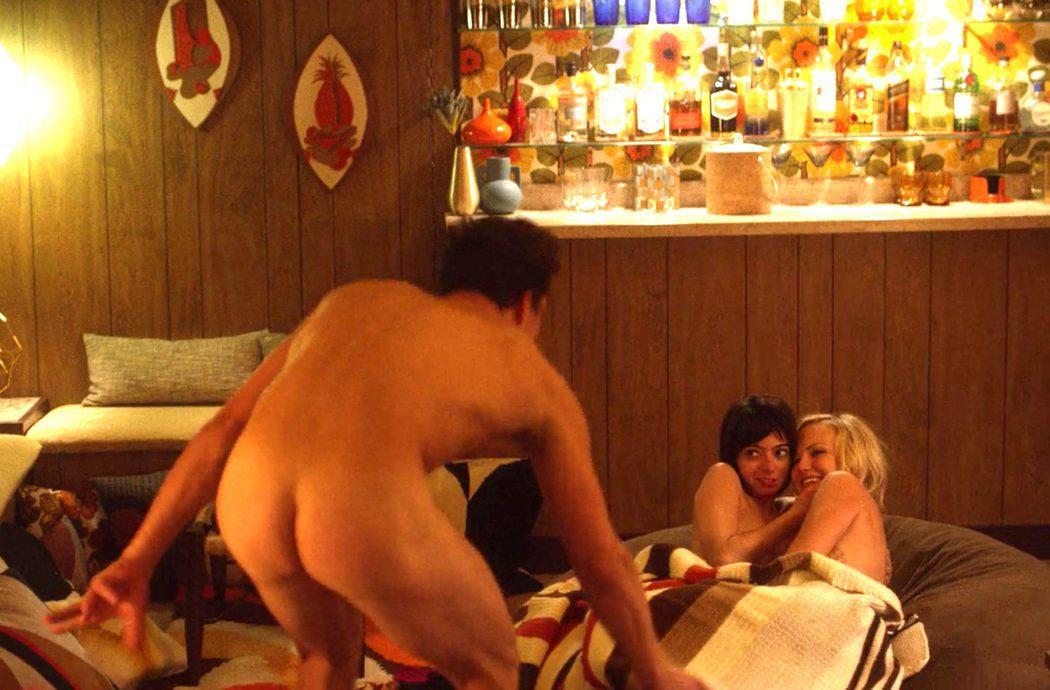 Orlando Bloom, desnudo, muestra su culo en 'Easy'
