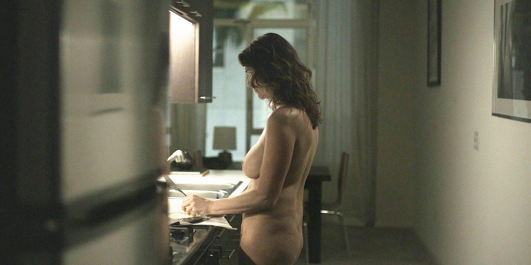 Amy Landecker, desnuda, enseña las tetas y el culo en 'Transparent'