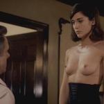 Lizzy Caplan, desnuda, enseña las tetas en 'Masters of sex'