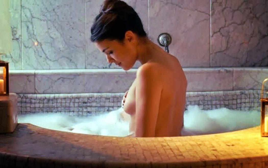 Adriana Ugarte, desnuda, enseña las tetas en 'El tiempo entre costuras'