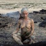 Emilia Clarke, desnuda, enseña las tetas con sus dragones en 'Juego de Tronos'