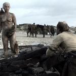 Emilia Clarke, desnuda, enseña las tetas en 'Juego de Tronos'