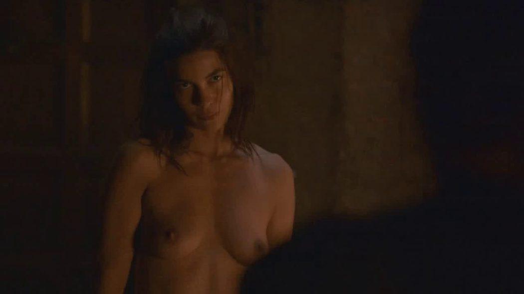 Natalia Tena, desnuda, enseña las tetas en 'Juego de Tronos'