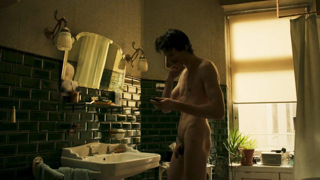 Sabin Tambrea, completamente desnudo, enseña el pene en 'Berlin Station'