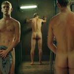 Patrick Criado, totalmente desnudo, enseña el culo en 'Mar de plástico'