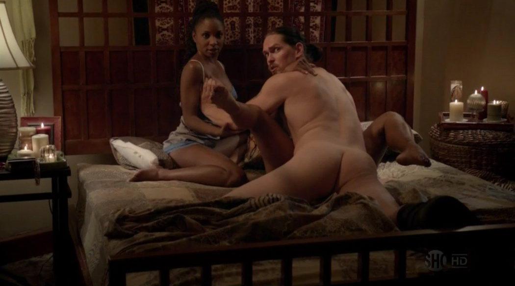 Steve Howey, completamente desnudo, enseña el culo en 'Shameless'