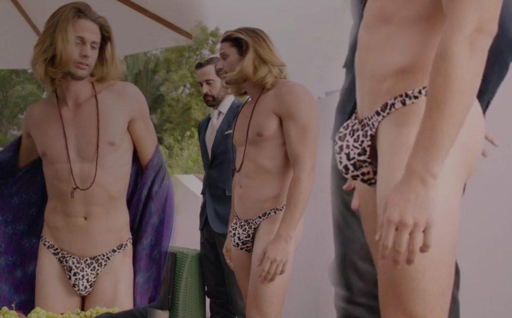 Alosian Vivancos, casi desnudo, muestra su enorme paquete en 'Club de cuervos'