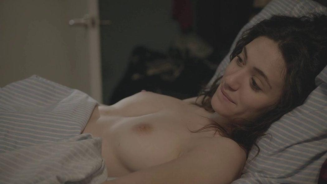 Emmy Rossum, desnuda, enseña las tetas en 'Shameless'