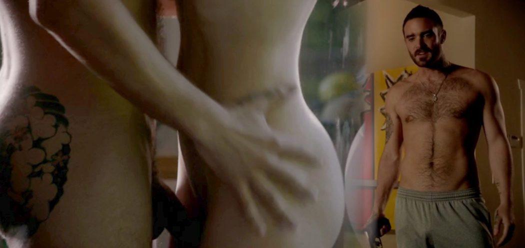 Joshua Sasse, desnudo, enseña su pene durante una escena de sexo en 'Rogue'