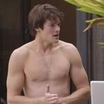Alex MacNicoll, sin camiseta, muestra su torso desnudo en 'Transparent'