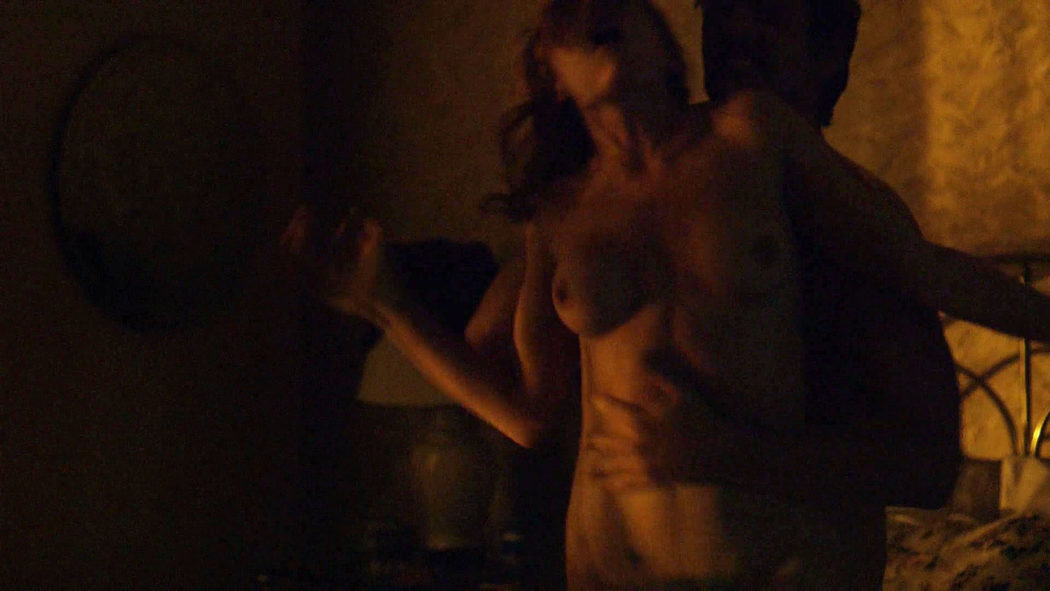 Pedro Pascal y Carolina Acevedo, completamente desnudos, en una escena de sexo en 'Narcos'