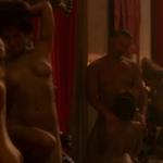 Varios personajes del reparto de 'Wetsworld', completamente desnudos, mantienen una escena de sexo