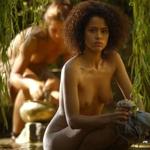 Nathalie Emmanuel, desnuda, enseña las tetas en 'Juego de Tronos'