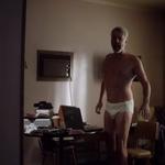 Julian McMahon, totalmente desnudo, enseña el culo en 'Hunters'