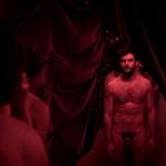 """Antonio Velázquez, desnudo integral, enseña el pene en """"Cuatro lunas"""""""