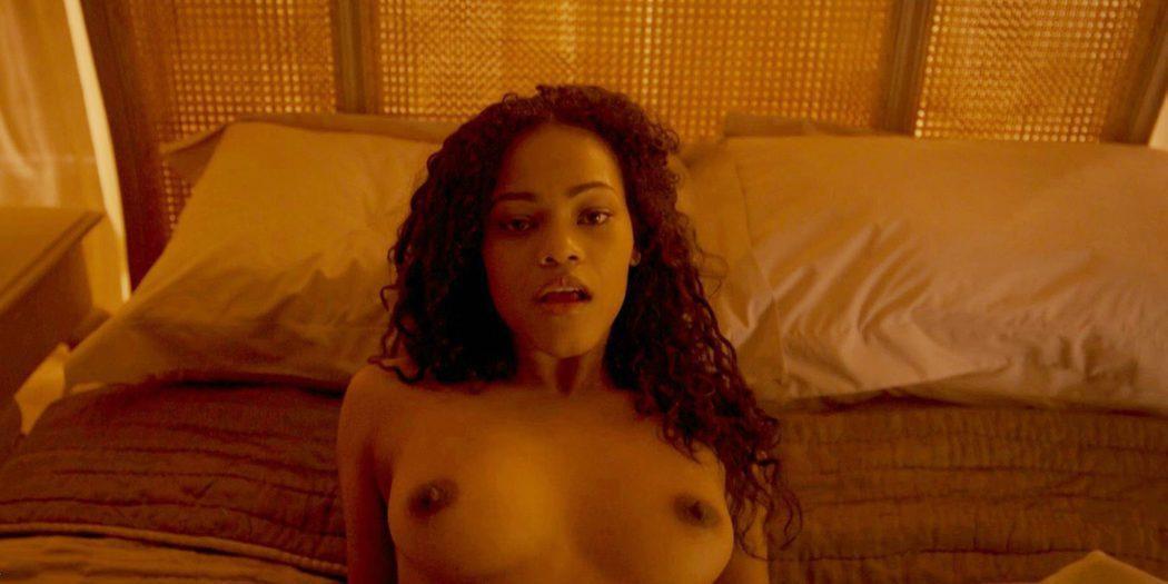 Loreece Harrison, desnuda, muestra las tetas en 'Black Mirror'